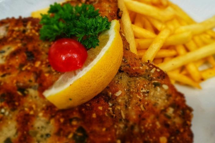 Gaststätte Freiland - Steyrer Schnitzel mit Pommes